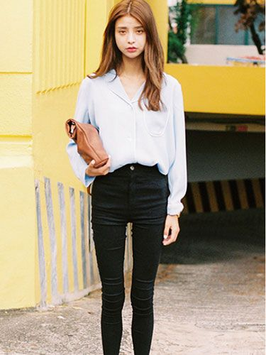 修身清新逛街休闲范搭配 浅蓝色百搭衬衫+黑色铅笔裤