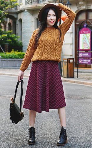 黄色麻花纹毛衣搭配红蓝格子半身长裙 冬季洋气又出彩搭配